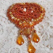 Broche Rumba brodée avec des cristaux de Swarovski, des strass, des navettes Tangerine, des perles rondes et des rocailles