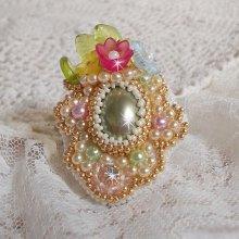 Grande bague Envolée Fleurie, très satiné, où se mêlent perles, fleurs et rocailles.