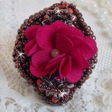 Bague  Belle Hélène brodée avec une fleur en tissu, une Calcite jaune/blanc et des rocailles.