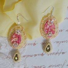 BO Les Délices de l'Eté brodées avecdes strass sur un ruban de soie Shibori jaune et rose, des rocailles et des crochets d'oreilles en argent 925/1000