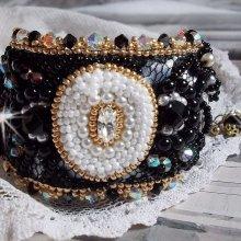 Bracelet manchette Noir Sacré brodé sur une dentelle noire façon vintage
