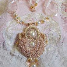 Collier Poudre de Riz brodé avec des Cristaux de Swarovski , des accessoires en Plaqué Or, des perles nacrées et des rocailles