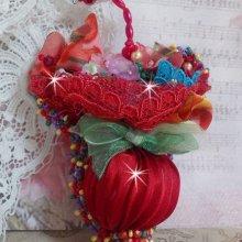 Broche Ombrelle Rubis brodée avec un ruban de soie Rouge, des cristaux de Swarovski, des fleurs Lucite, des perles en verre de Bohème et des rocailles