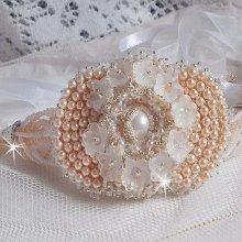 Bracelet manchette Bouquet d'un Jour brodé avec des perles nacrées de Swarovski et de très belles perles de qualité