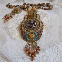 Collier pendentif Haute-Couture brodé avec plusieurs oeil de tigre, façon Fauve.