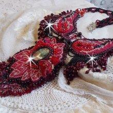 Collier Cardinal brodé de rouge et noir avec un Jaspe rouge, des perles en onyx et des cristaux de Swarovski