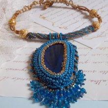 Collier pendentif Corsica brodé avec une agate bleu saphir et des rocailles de couleur beige
