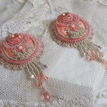 Boucles d'oreilles avec des cristaux de Swarovski, des perles fines  brodées Corail.