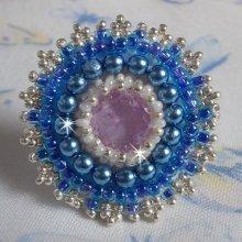 Bague Azur aux couleurs blanc nacré, argent et bleu brodée façon baroque