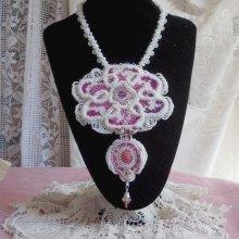 Collier Chloé brodé avec une dentelle de perles tout en finesse