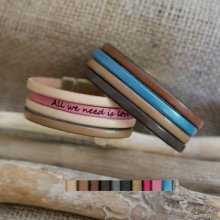 Bracelet manchette multi cuir personnalisable avec message gravé